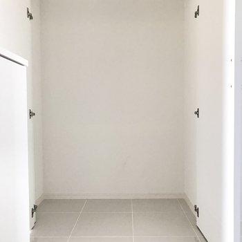 廊下にも奥行きたっぷりのクローゼットが。掃除機や季節用品などをしまうのに重宝しそう。