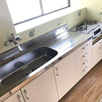 シンクが広いので洗い物も楽ちん◎ 窓もあってとっても明るいのです!