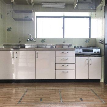 グリーンのタイルがレトロでかわいいキッチン。