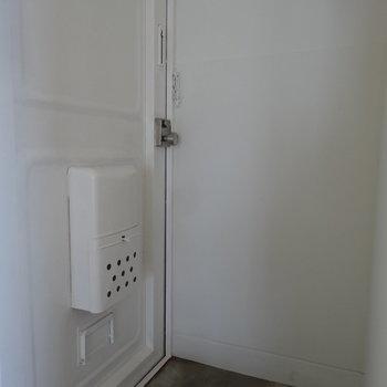 白ですっきりとした玄関。※写真は別室です。
