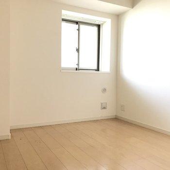 4.6帖の洋室は集中して作業するのにちょうどいい広さ!※写真はクリーニング前です。