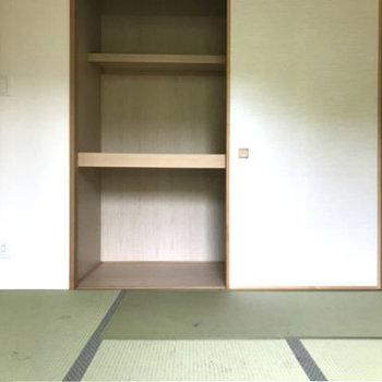 リビングからひと続きに使える和室。しっかり押入れもあるのでお客様用の座布団などもしまえます。※写真はクリーニング前です。