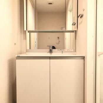 スタイリッシュな洗面台です。※写真はクリーニング前です。