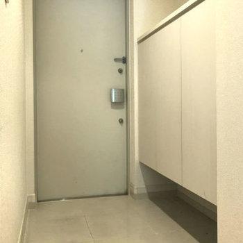 玄関もたっぷり広い!シンプルなデザインのシューズボックスも素敵です。※写真はクリーニング前です。