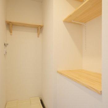 サニタリーにも収納が充実。可動式の棚です!
