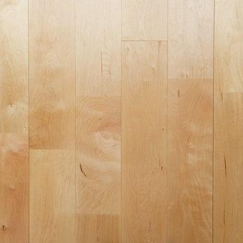 カバサクラの無垢床。サラサラとした質感。気持ちがいい。