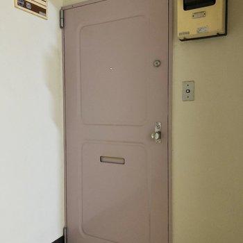 玄関ドアはレトロかわいい。