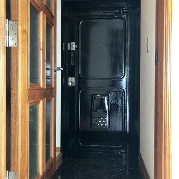 玄関のタイルの黒はかっこいいですね。
