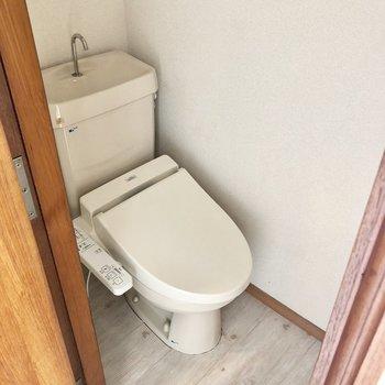 トイレは個室。ウォッシュレット付きですよ〜!