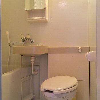 バスルームは3点ユニット※クリーニング前の写真です