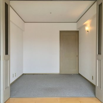 居室から扉を開けて、4.5帖の洋室へ※クリーニング前の写真です