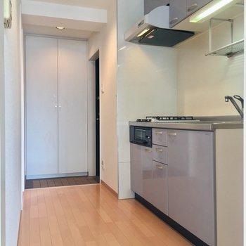 キッチンは廊下に。意外と広いゾ※クリーニング前の写真です