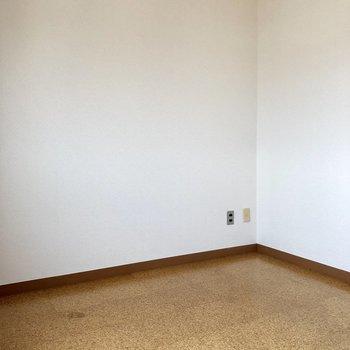このお部屋は寝室にもいいですが、作業も捗りそう!