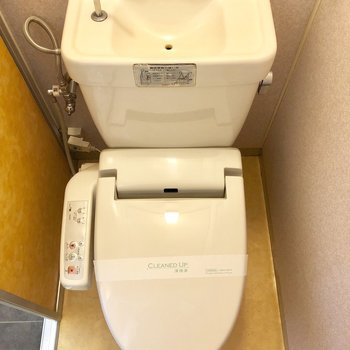 トイレは個室でウォッシュレット付きですよ!