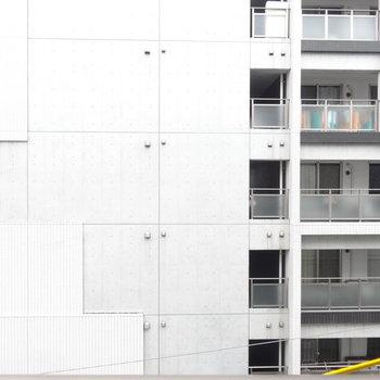 ベランダからの眺め。目の前はマンションですね。※写真は別室からの眺望です。
