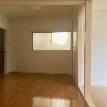 玄関のすぐ近くにも窓が!【LDK】※写真は通電前のものです。