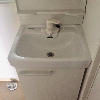 コンパクトな洗面台です※写真は通電前のものです。