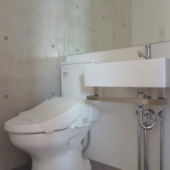 トイレと独立洗面台は脱衣所に。 ※通電前の写真です
