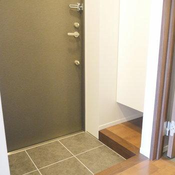玄関ですね。靴箱は・・・ ※2階同間取り別部屋の写真です