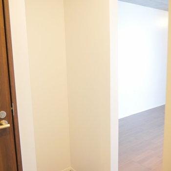 キッチン後ろのスペース。冷蔵庫を置きましょうか。 ※2階同間取り別部屋の写真です