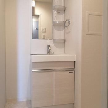 白を基調としたコンパクトな洗面台。※写真は4階の同じ間取りのものです