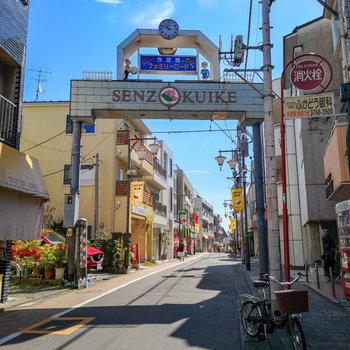 駅の南側に広がる商店街。歩いてすぐですよ。