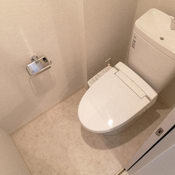 ウォシュレット機能付トイレ。上部棚あって便利です。※写真は4階の同じ間取りのものです