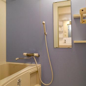 浴室にはアクセントなパネルで。落ち着く色味です。