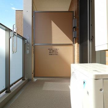ゆとりあるバルコニーへはリビングから。※写真は4階同間取り別部屋のものです