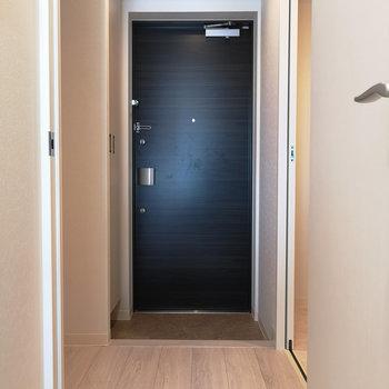 玄関~廊下。右に入ると、※写真は4階の同間取り別部屋のものです
