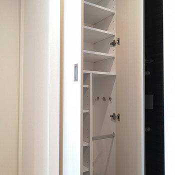 玄関収納は容量たっぷり。※写真は4階の同間取り別部屋のものです
