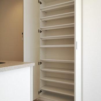 キッチン横に収納棚ありますよ。※写真は4階の同間取り別部屋のものです
