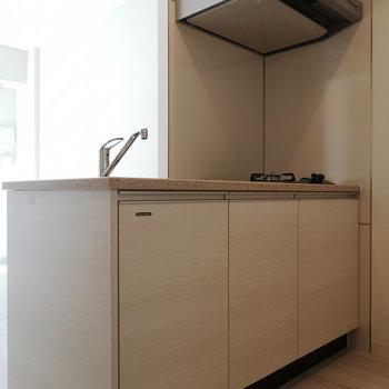 キッチンは対面式。※写真は4階の同間取り別部屋のものです