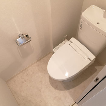 ウォシュレット機能付トイレ。上部棚あって便利です。※写真は4階の同間取り別部屋のものです