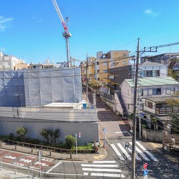 洋室側の小窓から。落ち着いた住宅街っていうのが窺えますね。※写真は4階からの眺望のものです