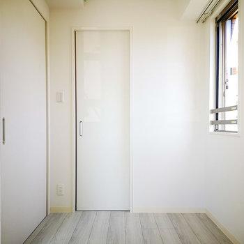 2面採光で明るさあります。※写真は4階の同間取り別部屋のものです