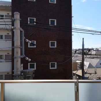 眺望はお隣マンション。※写真は4階別部屋の眺望です