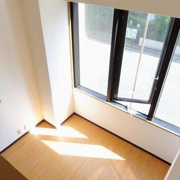 窓から見えるのは都会の風景。(※写真は3階の反転間取り別部屋のものです)