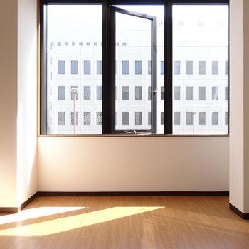 大きな窓から光がたっぷり入ります。(※写真は3階の反転間取り別部屋のものです)