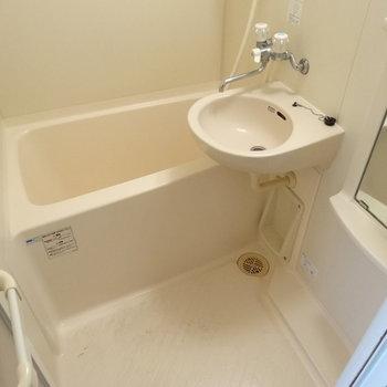 お風呂は1人で入るサイズ◎(※写真は3階の反転間取り別部屋のものです)