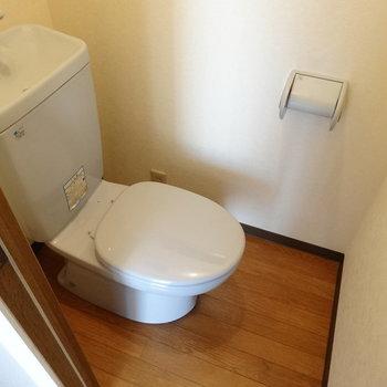 キレイなトイレ!木目の床がいい感じ♪(※写真は3階の反転間取り別部屋のものです)