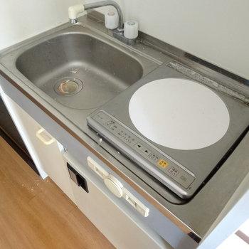 キッチンには1口IHコンロ付き。上手に料理して♪(※写真は3階の反転間取り別部屋のものです)
