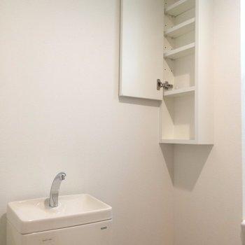 トイレ上には小さい収納も※写真は2階の同間取り別部屋のものです。