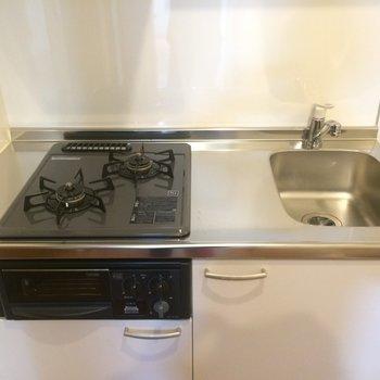2口ガスコンロのシステムキッチン※写真は2階の同間取り別部屋のものです。
