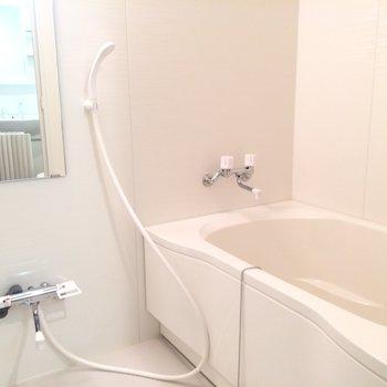 乾燥機能付きのお風呂場※写真は2階の同間取り別部屋のものです。