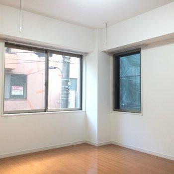 二面採光で日当たり◎※写真は2階の同間取り別部屋のものです。