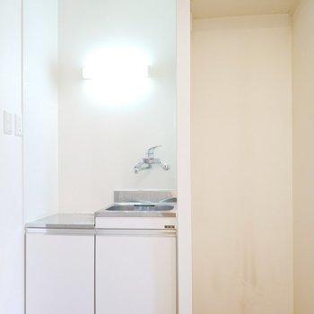 キッチンの横には冷蔵庫も置けます。棚もあるなんて便利だなぁ。