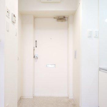 玄関は白基調の清潔感が素敵かも!