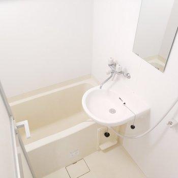洗面台と浴室はコンパクトで使いやすそう!