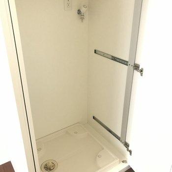 キッチンにある白い箱の正体は洗濯機置場!!こりゃビックリ〜。